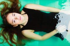 Sexuell posera kvinna i vatten Royaltyfri Foto