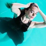 Sexuell posera kvinna i vatten Arkivbild