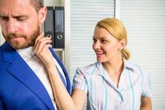 Sexuelle Aufmerksamkeit Damensekretärs zum Kollegen Bürokollegebeziehungen Sexuelle Nötigung und Belästigung am Arbeitsplatz lizenzfreie stockfotos