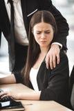 Sexuelle Belästigung am Arbeitsplatz lizenzfreies stockfoto