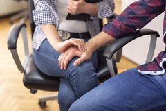 Sexuelle Belästigung bei der Arbeit lizenzfreie stockfotografie