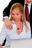 Sexuelle Belästigung bei der Arbeit im Büro Lizenzfreies Stockbild