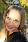 Sexuelle Blondine des Portraits im Wald Stockfotos