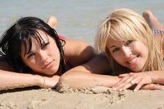 Sexuelle Blondine mit Brunette Lizenzfreie Stockfotos