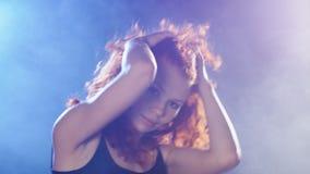 Sexuelle Frau, die über blauen und violetten Hintergrund tanzt stock video footage