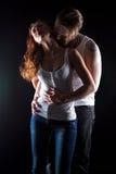 Sexuelle Frau mit dem rotem Haar und küssen Mann Stockfoto