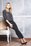 Sexuelle junge Frau auf Sofa Stockfotografie