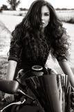Sexuelle Radfahrerfrau, die schwarze Lederjacke trägt Rebecca 6 lizenzfreie stockfotos