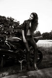 Sexuelle Radfahrerfrau mit ihrem Sportmotorrad lizenzfreie stockfotografie