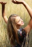 Sexuelles blondes Mädchen des Portraits nahe Weizen Lizenzfreies Stockfoto