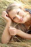 Sexuelles blondes Mädchen liegt auf Weizen Lizenzfreie Stockfotos