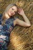 Sexuelles blondes Mädchen liegt auf Weizen Stockbilder