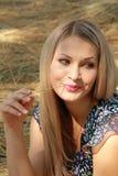 Sexuelles blondes Mädchen sitzt auf Weizen Stockfotografie