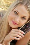 Sexuelles blondes Mädchen sitzt auf Weizen Stockbilder