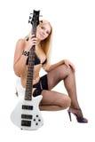 Sexuelles blondes und eine weiße Baß-Gitarre Lizenzfreie Stockbilder