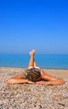 Sexuelles junges Mädchen, das auf einem Strand sich entspannt Stockbilder