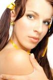 Sexuelles Mädchen des Gesichtes im Gelb Stockbilder