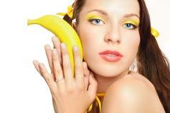 sexuelles Mädchen des Gesichtes im Gelb Stockfoto