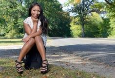 Sexy afro-amerikanische Frau in den sundress mit Koffer - Reise Stockfotografie