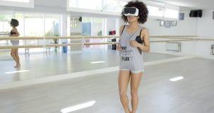 Sexy Afroamerikanerfrauentanzen mit VR-Gläsern stock video footage