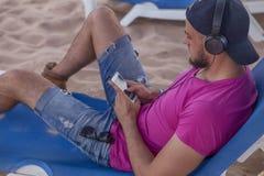 Sexy amincissez l'homme convenable de brune dans des shorts de blues-jean et le rose pourpre Photos stock