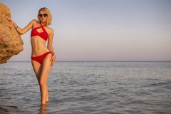 Sexy amincissez la jeune femme caucasienne blonde convenable dans des bains magnifiques rouges Photos stock