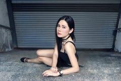 Sexy asiatische Frauenhaltungen am Treppenhaus stockbild