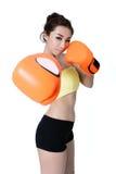 Sexy asiatische junge Frauen nehmen den Sitz ab, der orange Handschuhverpacken auf wh trägt Stockfoto