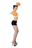 Sexy asiatische junge Frauen nehmen den Sitz ab, der orange Handschuhverpacken auf wh trägt Stockbilder