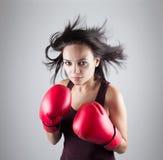 Sexy athlet van de meisjesvrouw in het rode bokshandschoenen schoppen Royalty-vrije Stock Foto