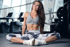 Sexy athletic young girl working out in gym Royalty Free Stock Photos