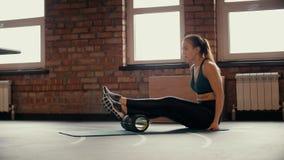 Sexy athletisches Mädchen, das Sport im Fitness-Club tut stock video