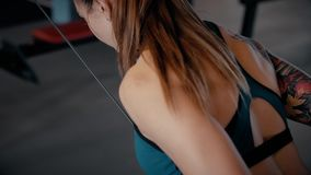 Sexy athletisches Mädchen, das Sport im Fitness-Club tut stock footage