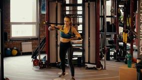 Sexy atletisch meisje die sporten in de fitness club doen stock video