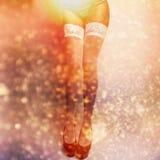 Sexy attraktive Brunettefrauenverzögerungen. Lizenzfreies Stockbild