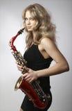 Sexy attraktive Frauen mit Saxophon lizenzfreie stockfotos
