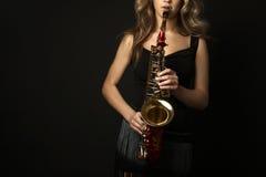 Sexy attraktive Frauen mit Saxophon Lizenzfreie Stockfotografie