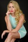 Sexy attraktive junge Frau, die kurzen festen Mini Dress trägt Stockfotos