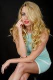Sexy attraktive junge Frau, die kurzen festen Mini Dress trägt Stockbild