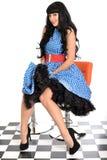 Sexy attraktive junge klassische Weinlese-Modell-Posing In-fünfziger Jahre reden blaue und weiße Polka Dot Dress an Lizenzfreies Stockbild