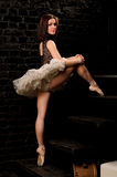 Sexy ballerina die in tutu treden beklimmen royalty-vrije stock afbeeldingen