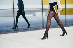 Sexy bedrijfsvrouw die aan haar baan lopen stock foto
