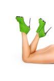 Sexy Beine in den grünen Fersen lokalisiert Lizenzfreies Stockfoto