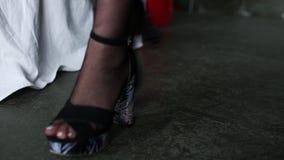 Sexy Beine eines schönen Mädchens in den Strümpfen Film- Ansicht stock footage