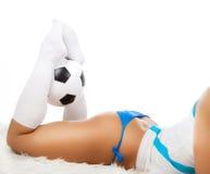 Sexy benen die een bal houden Royalty-vrije Stock Afbeeldingen