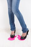 Sexy benen die op roze document hart betreden royalty-vrije stock afbeeldingen