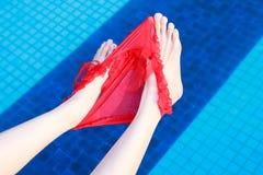 Sexy benen en damesslipjes in rood. royalty-vrije stock afbeelding