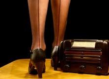 Sexy benen en retro radio stock foto