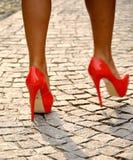 Sexy benen met hoge hielenschoenen Stock Afbeelding