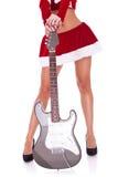 Sexy benen van een santavrouw met gitaar stock afbeeldingen